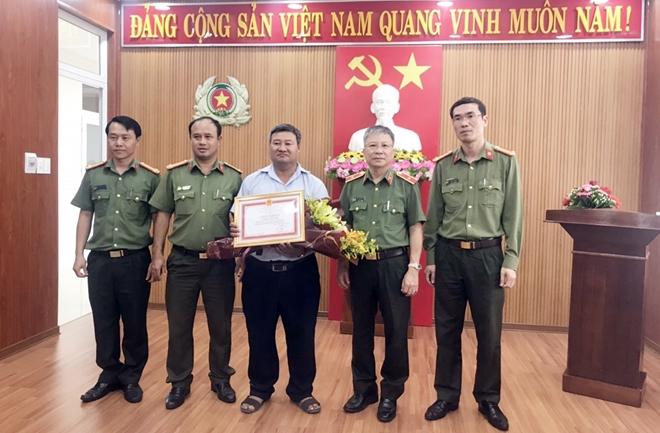 Giám đốc Công an Quảng Nam tặng Giấy khen cho phóng viên Báo CAND