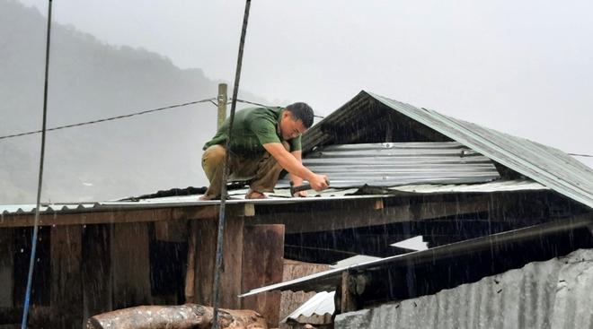 Xuống vùng cô lập giúp dân khắc phục hậu quả bão lũ - Ảnh minh hoạ 2