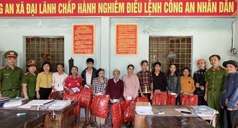 Lực lượng Công an tặng quà cho người dân vùng lũ