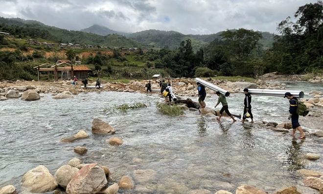 Xung kích giúp người dân dựng lại nhà sau bão lụt