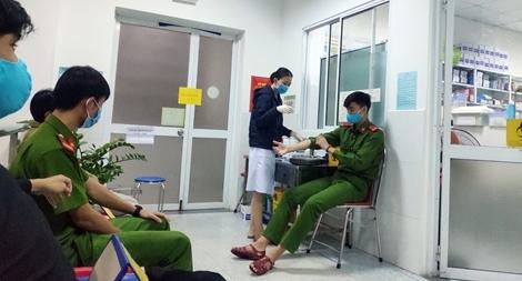Ba chiến sĩ công an hiến máu trong đêm cứu sản phụ bị băng huyết
