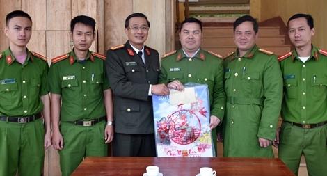 Công an Quảng Nam tặng quà Tết ở vùng biên giới
