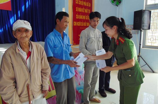 """Trao tặng 200 suất quà """"Tết vì người nghèo"""" tại tỉnh Quảng Ngãi - Ảnh minh hoạ 8"""