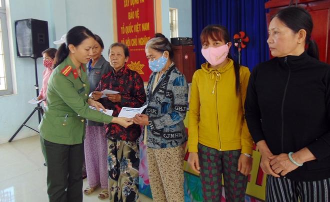 """Trao tặng 200 suất quà """"Tết vì người nghèo"""" tại tỉnh Quảng Ngãi - Ảnh minh hoạ 9"""
