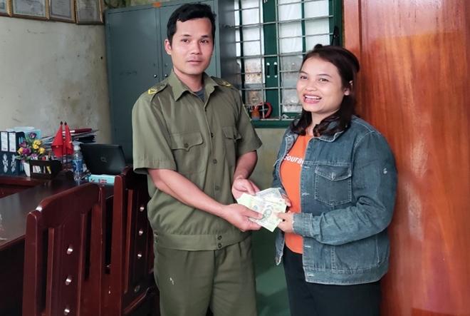Người phụ nữ vui mừng nhận lại số tiền dành dụm mua đồ Tết cho con
