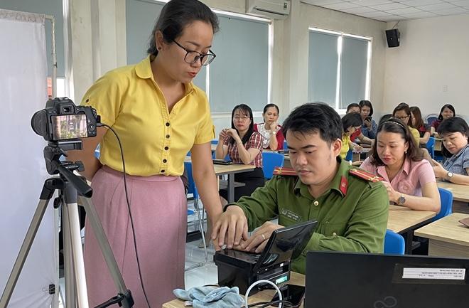 Công an Quảng Nam triển khai làm CCCD cả ngày lẫn đêm