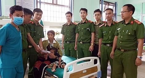 Tổ căn cước công dân đưa cháu bé bị hoại tử chân đi điều trị