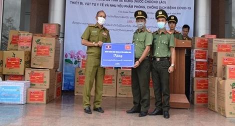 Tặng trang thiết bị phòng, chống dịch cho Công an tỉnh Sê Kông