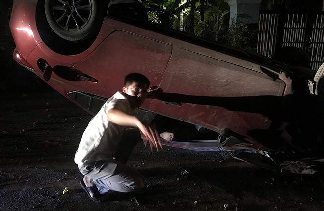 Bác sĩ Kỹ thuật hình sự cấp cứu nạn nhân vụ lật xe trong đêm