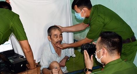 Đến tận trại dưỡng lão làm căn cước công dân và tặng quà các cụ già