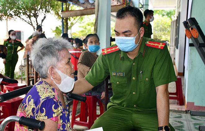 Đến tận trại dưỡng lão làm căn cước công dân và tặng quà các cụ già - Ảnh minh hoạ 9