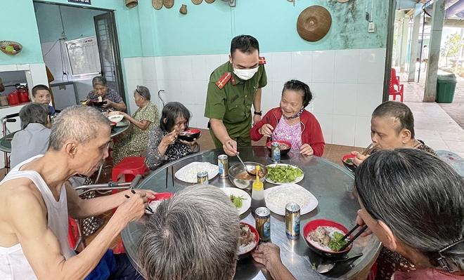Đến tận trại dưỡng lão làm căn cước công dân và tặng quà các cụ già - Ảnh minh hoạ 7