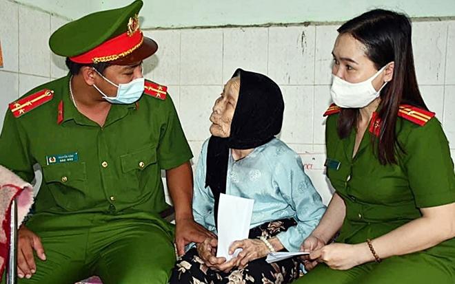 Đến tận trại dưỡng lão làm căn cước công dân và tặng quà các cụ già - Ảnh minh hoạ 4