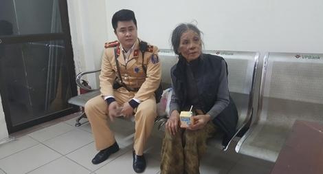 CSGT Hà Nội đưa 1 bà cụ và 1 cháu gái bị lạc về với gia đình