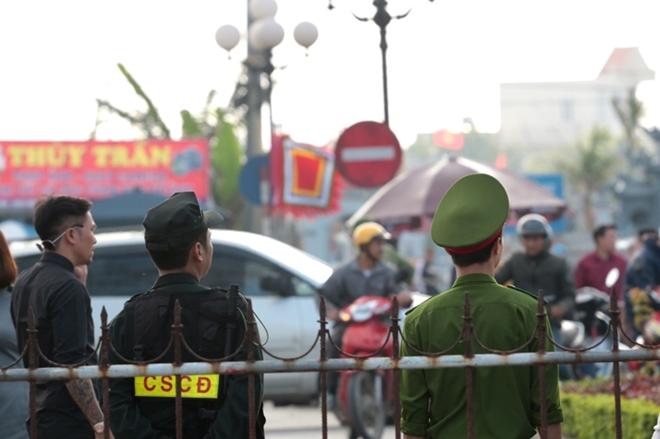Lực lượng công an căng mình bảo vệ lễ Khai ấn Đền Trần