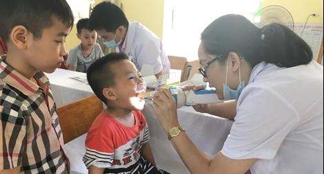 Khám, tư vấn sức khỏe miễn phí cho các em học sinh Trường Tiểu học Trung Văn.