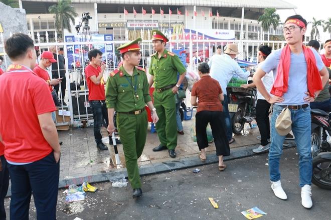 Lực lượng công an căng mình bào vệ an ninh trận bán kết AFF Cup 2018 - Ảnh minh hoạ 6