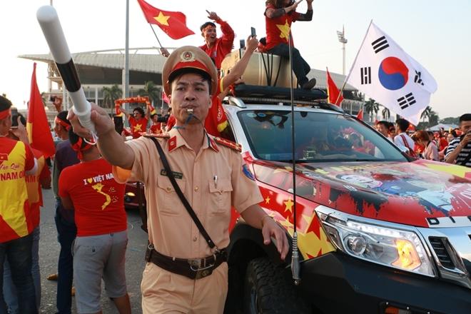 Lực lượng công an căng mình bào vệ an ninh trận bán kết AFF Cup 2018 - Ảnh minh hoạ 7