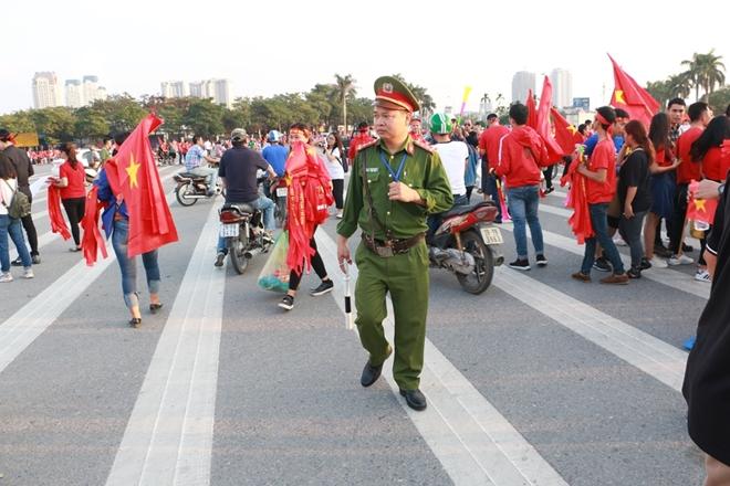 Lực lượng công an căng mình bào vệ an ninh trận bán kết AFF Cup 2018 - Ảnh minh hoạ 2