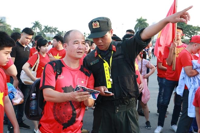 Lực lượng công an căng mình bào vệ an ninh trận bán kết AFF Cup 2018 - Ảnh minh hoạ 4