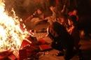 Độc đáo lễ hội chạy 'rước lửa' về nhà lấy may đầu năm ở Hà Nội
