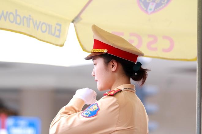 CSGT Hà Nội căng mình bám đường ngày nắng nóng đỉnh điểm - Ảnh minh hoạ 8