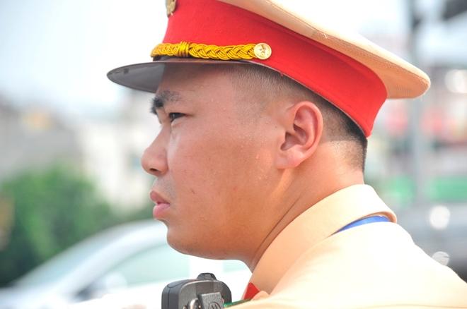 CSGT Hà Nội căng mình bám đường ngày nắng nóng đỉnh điểm - Ảnh minh hoạ 12