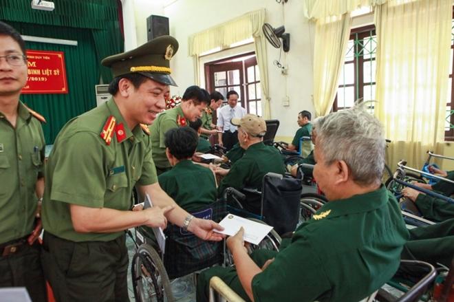 Học viện ANND thăm, tặng quà Trung tâm điều dưỡng thương binh Duy Tiên - Ảnh minh hoạ 8