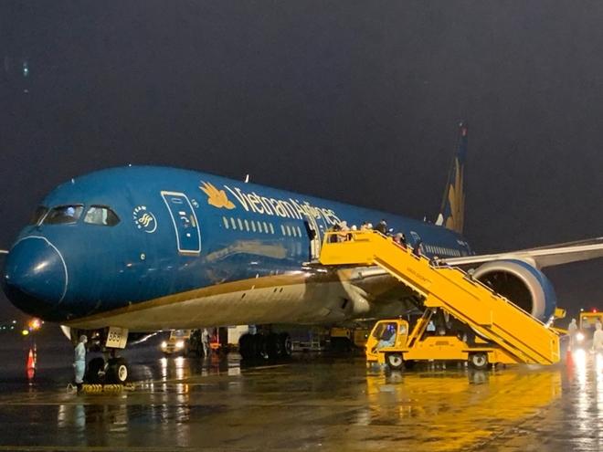 Công an cửa khẩu Cảng Hàng không quốc tế Vân Đồn đón những chuyến bay từ vùng dịch