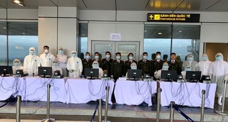 Công an cửa khẩu Cảng HKQT tế Vân Đồn đón những chuyến bay từ vùng dịch