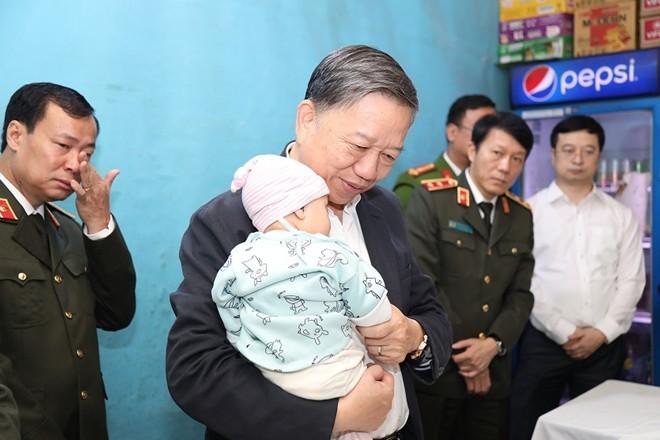 Hà Nội hỗ trợ 3 gia đình chiến sỹ Công an hy sinh tại xã Đồng Tâm
