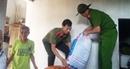 Công an huyện Cẩm Xuyên giúp dân khắc phục hậu quả sau lũ
