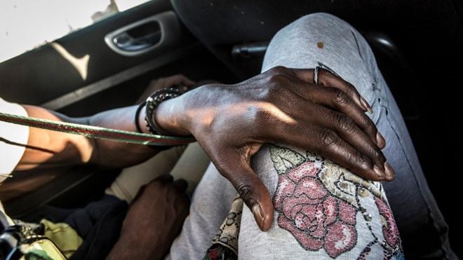 Cuoc song 'trong bong toi' cua nhung phu nu dong tinh o Senegal