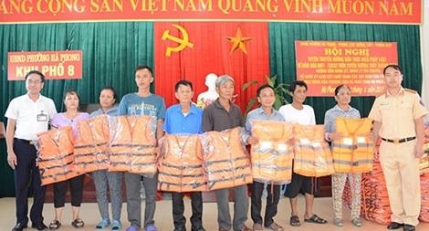 Tặng phao cứu sinh cho ngư dân trên vịnh Hạ Long