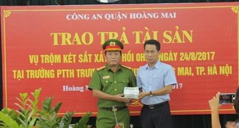 Trao trả 300 triệu đồng bị lấy trộm cho Trường THPT Trương Định