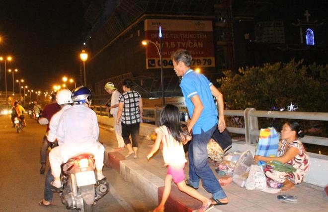 Cầu Ông Lãnh 12 giờ đêm, nhóm của Thắng trà trộn với những người vô gia cư.