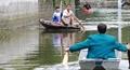 Cười ra nước mắt: Người dân Chương Mỹ sắm thuyền sống chung với lũ1