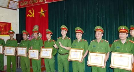 Công an tỉnh Hà Nam khen thưởng đột xuất tập thể, cá nhân có thành tích xuất sắc