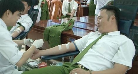 Cán bộ chiến sỹ Trại giam Đồng Sơn hiến gần 300 đơn vị máu