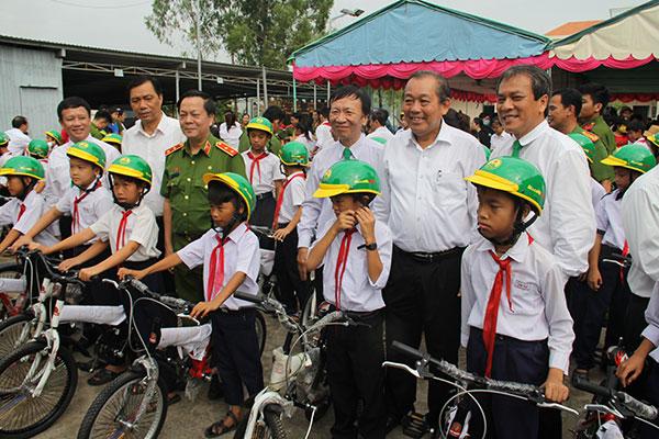 Học viên CSND tặng xe đạp cho học sinh nghèo hiếu học - Ảnh minh hoạ 3