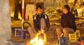 Người dân Hà Nội đốt lửa sưởi ấm trong tiết trời đông