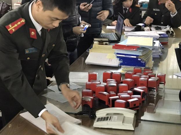 Hóa đơn và con dấu mà Nguyễn Thị Đào cùng đồng bọn dùng để mua bán hóa đơn trái phép.