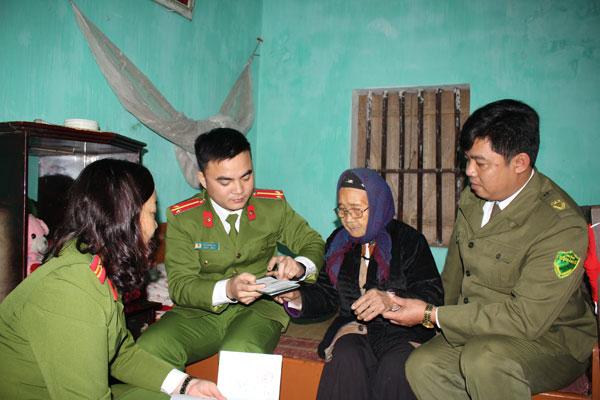 Công an Hòa Bình cấp CMND đảm bảo trật tự tết Mậu Tuất 2018