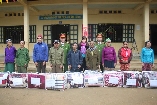 Công an Nghệ An mang áo ấm cho học sinh miền núi - Ảnh minh hoạ 2