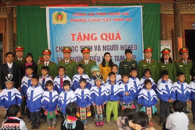 Công an Nghệ An mang áo ấm cho học sinh miền núi