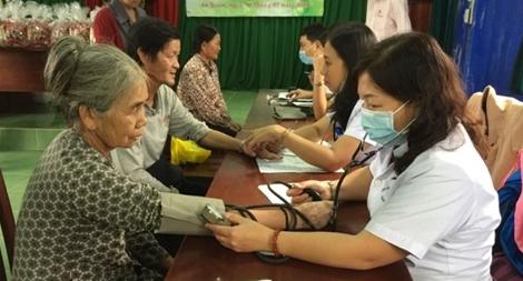Khám bệnh, cấp phát thuốc, tặng quà cho người dân xã An Xuân