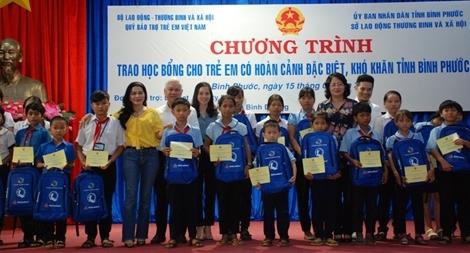 Phó Chủ tịch nước Đặng Thị Ngọc Thịnh trao 200 suất học bổng cho HS đặc biệt khó khăn