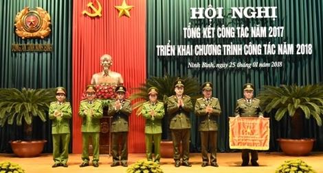 Thứ trưởng Nguyễn Văn Thành trao Cờ thi đua xuất sắc tặng Công an tỉnh Ninh Bình