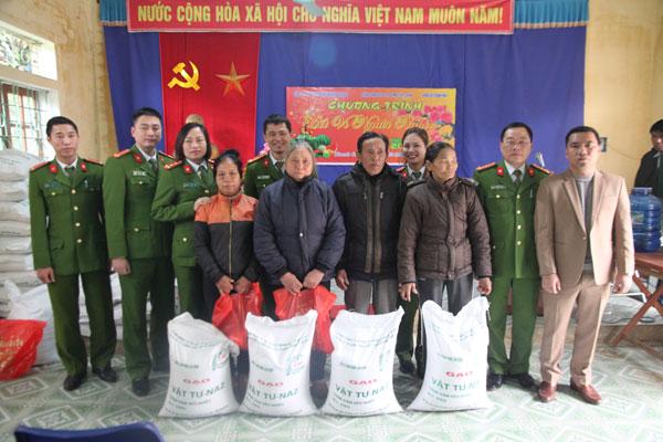 Trao quà Tết cho người nghèo xã Thanh Mai