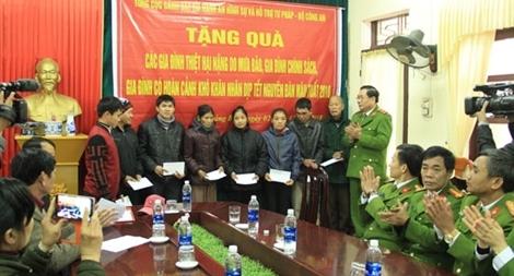 Tổng cục VIII, Bộ Công an trao quà cho người nghèo tại miền Trung